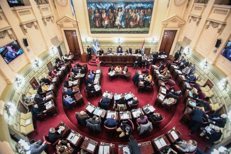 Los legisladores congelan sus dietas por 180 días