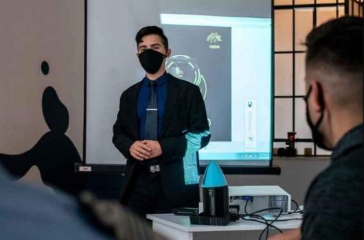 Un joven santafesino fabricó una lámpara sanitizante contra el Covid