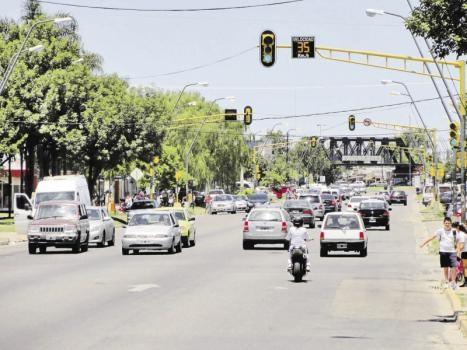 Los comercios de avenida Aristóbulo del Valle abren con normalidad en el feriado