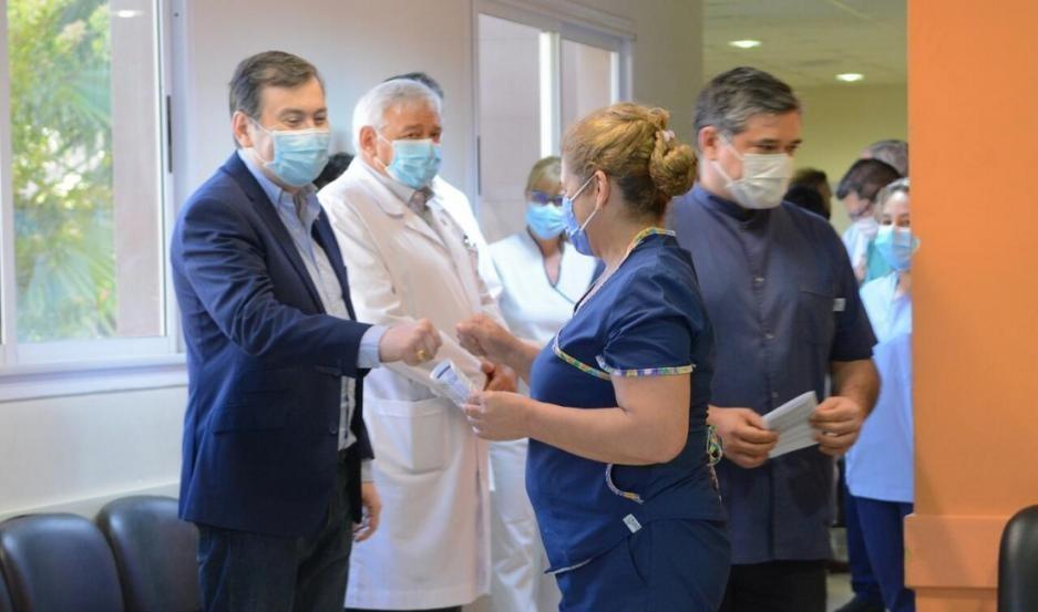 El gobernador Zamora celebró el operativo de vacunación en Santiago y alertó: