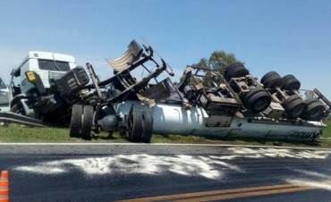 Un camión cisterna causó un impactante accidente en la autopista