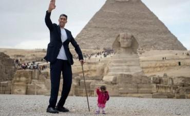 Las fotos que reunieron al hombre más alto y la mujer más baja del mundo