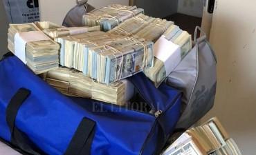 Detienen a funcionarios de la AFIP y hallan millones de dólares escondidos en bolsos
