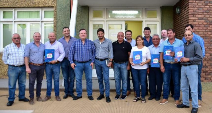 El Ministro Pullaro junto al Senador Michlig entregó aportes en Moisés Ville