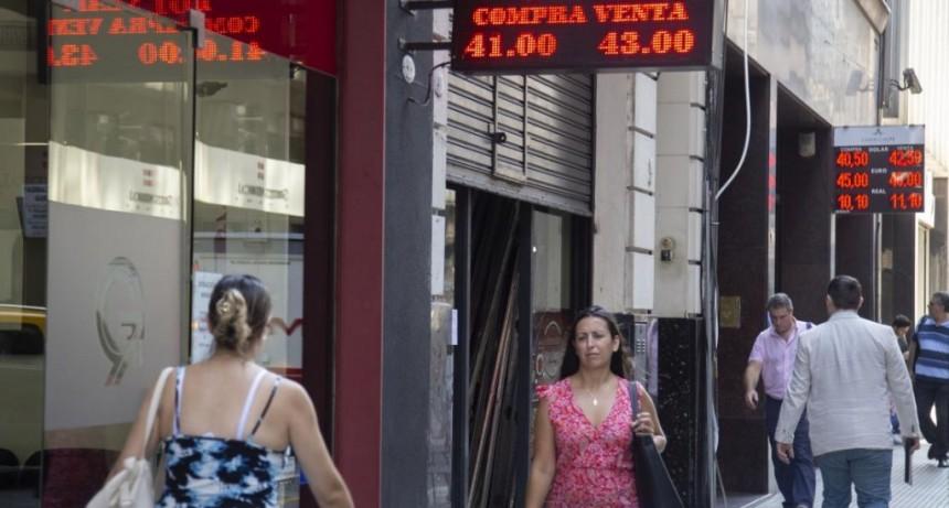 El dólar retrocedió 40 centavos a $ 42,98, tras las medidas del BCRA