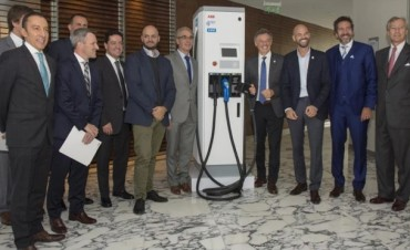 El Gobierno presentó los primeros cargadores para autos eléctricos del país