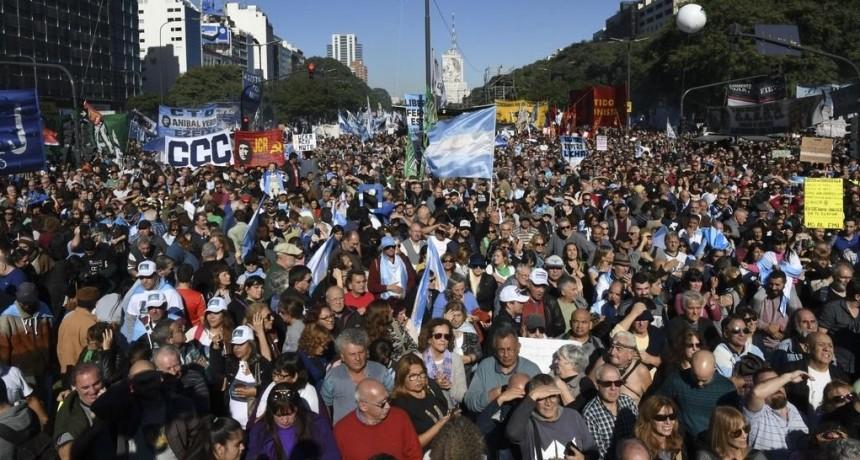 Multitudinaria protesta opositora a Macri y al FMI en Buenos Aires