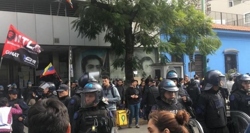 Defensores de Guaidó y chavistas se agredieron frente a la Embajada de Venezuela