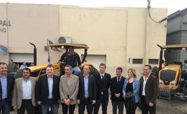 El Senador Michlig  junto al Ministro Saglione visitaron distintas localidades y entregaron maquinarias, movilidad y aportes institucionales